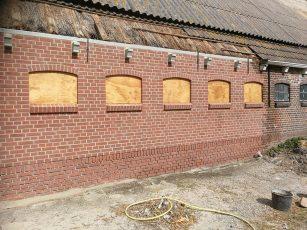 Vernieuwen muur van stal